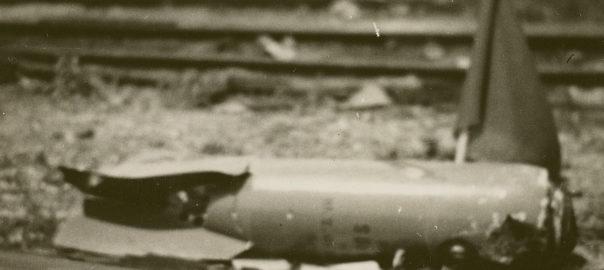 Après le bombardement du 17 juin 1940, un obus posé sur les rails. Musée de Bretagne: 2008.0020.22.