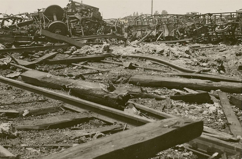 En gare de Rennes, après le bombardement du 17 juin 1940. Musée de Bretagne: 2008.0020.11.