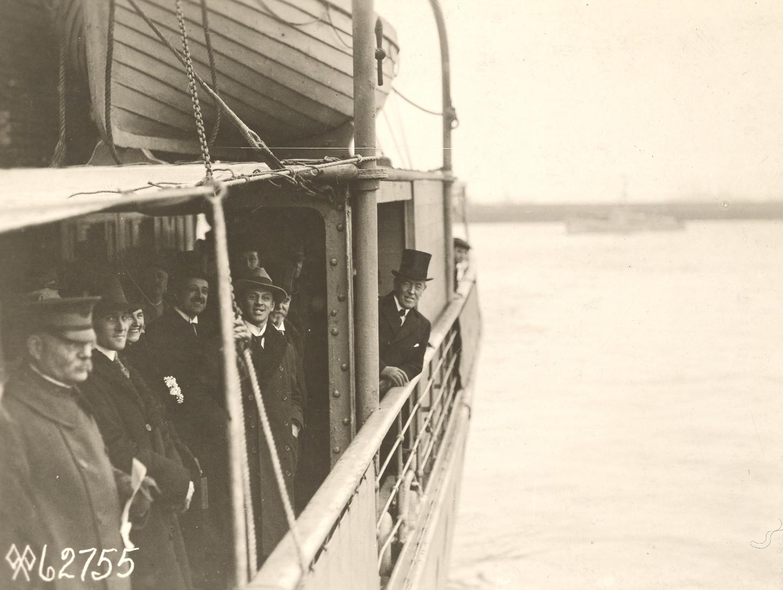 A droite, avec son haut-de-forme, le président Woodrow Wilson s'apprêtant à débarquer à Brest. National Archives at College Park : 111-SC-62755.