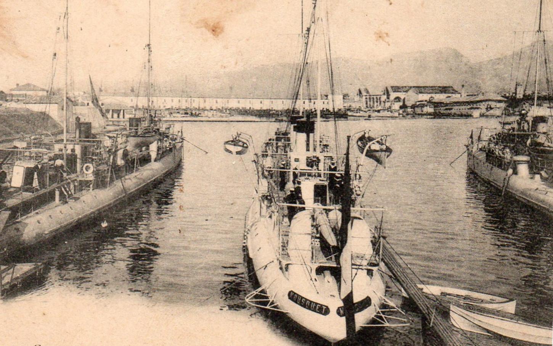 Le contre-torpilleur Mousquet au mouillage, sans lieu ni date. Carte postale (détail). Collection particulière.