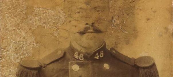 Portrait d'un fantassin du 48e RI, cliché conservé dans un album ayant appartenu à François-Marie Luzel. Bibliothèque municipale de Rennes / Les Tablettes rennaises : I-2015-0010118.