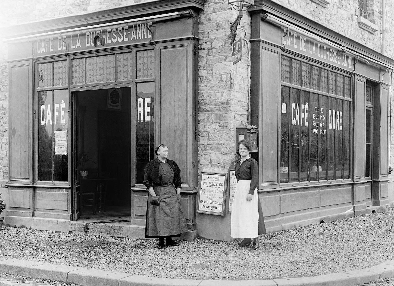 Devant un café situé à l'angle des rues Ange Blaise et Etienne Dolet, à Rennes, une affiche annonce les titres de l'édition du jour de L'Ouest-Eclair. (détail). Musée de Bretagne: 991.0078.25.