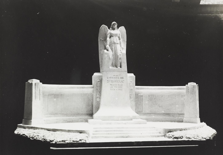 Le monument aux morts de Saint-Brieuc, œuvre de Francis Renaud. Musée de Bretagne: 972.0004.414.