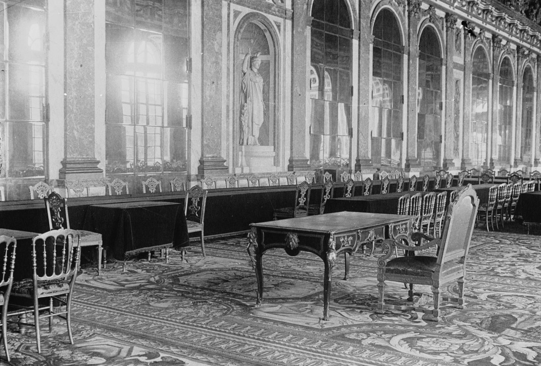 A Versailles, dans la Galerie des Glaces : la table où sera signé le traité de paix. Photographie de presse] de l'agence Meurisse. Gallica / Bibliothèque nationale de France: Meurisse, 72953.