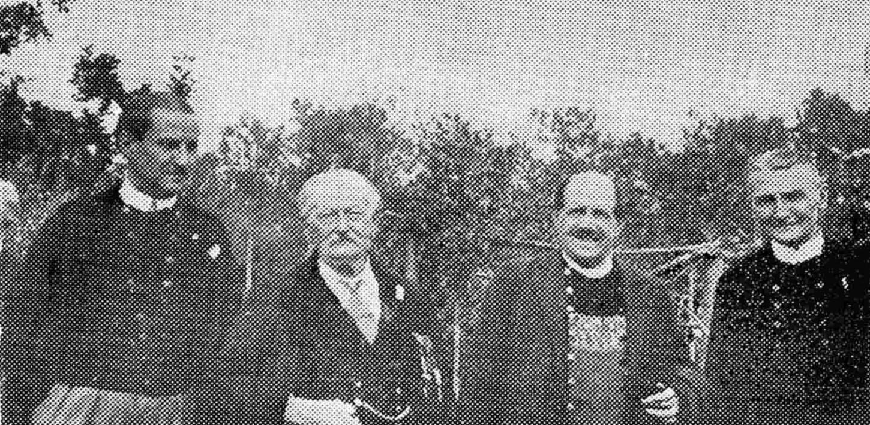 A Dinard, lors de l'inauguration, le 1er août 1937, du bas-relief en l'honneur de Jean IV. Publié par An Oaled, ce cliché est légendé ainsi : « De gauche à droite : Camille Le Mercier d'Erm, le marquis de l'Estourbeillon, Abalor et Taldir ». An Oaled, 11e année, n°62, 4e trimestre 1967, p. 368.