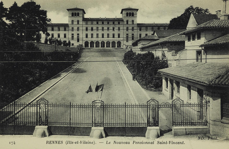 Carte postale figurant l'institution Saint-Vincent transformée en hôpital temporaire n°4 pendant la Première Guerre mondiale. Musée de Bretagne : 2017.0000.1761.