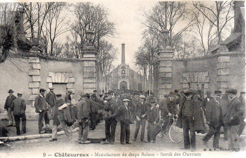 La sortie des ouvriers de la manufacture de draps Balsan, à Châteauroux. Carte postale. Collection particulière.