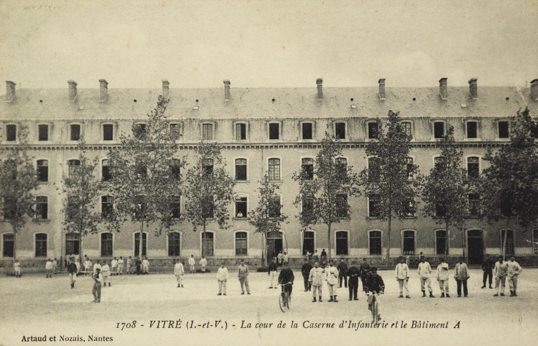 L'une des casernes du dépôt d'infanterie de Vitré, carte postale datant d'avant la Première Guerre mondiale. Musée de Bretagne: 973.0042.60.