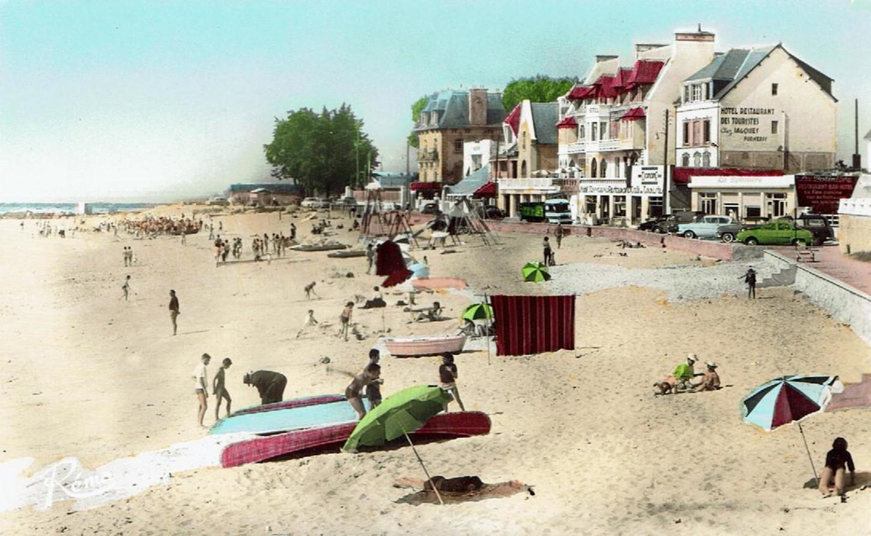 La plage de Port-Maria, à Larmor-Plage, dans les années 1950. A droite se trouve le bas de l'avenue de la plage et dans le prolongement la Mairie. Carte postale. Collection particulière.