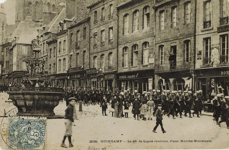 Eléments du 48e RI rentrant d'une marche manœuvre, carte postale. Musée de Bretagne: 979.0065.16.