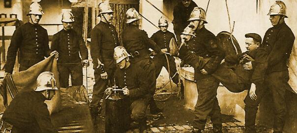 Exercice d'entraînement des sapeurs-pompiers de Paris: sauvetage d'un homme tombé dans un puits asphyxiant. Carte postale (détail). Collection particulière.