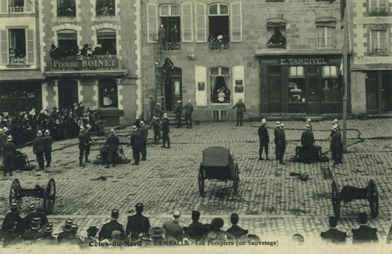 Exercice de sauvetage par les pompiers à Lamballe, premier quart du XXe siècle (carte postale). Le Carton voyageur: AB00000751.