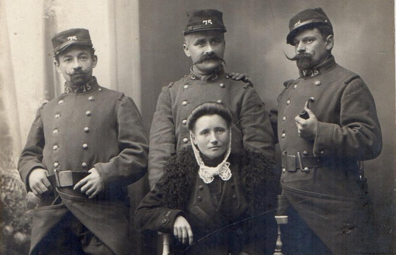 3 soldats du 75e RIT posent avec une femme, probablement lors de l'hiver 1914-1914. Collection particulière.