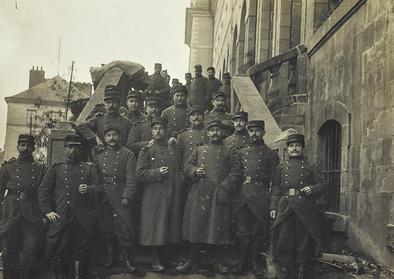 Groupe de fantassins du 41e RI sur les marches de la caserne Saint-Georges, sans date. Musée de Bretagne : 991.0041.2.2.