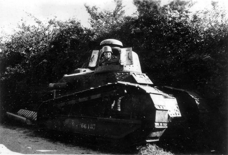 Un Allemand se fait photographier dans la tourelle d'un char français abandonné, probablement en Normandie aux alentours du 15 juin 1940. Wikicommons.