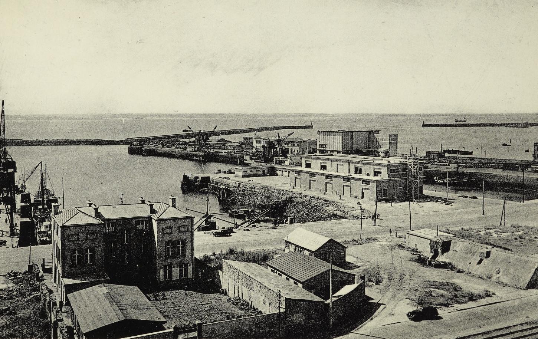Dans la rade de Brest, dans les années 1950: au premier plan, des baraquements de reconstruction. Carte postale. Musée de Bretagne : 975.0051.34.