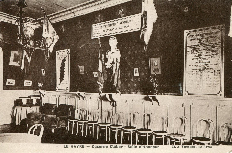 La salle d'honneur du 129e RI, au sein de la caserne Kleber, au Havre. Carte postale. Collection particulière.