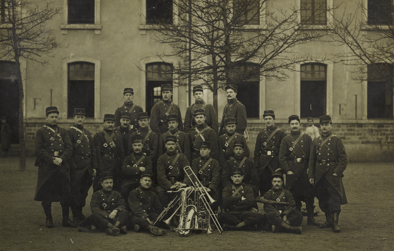Groupe de soldats-musiciens, sans lieu ni date. Musée de Bretagne: 997.0044.66.