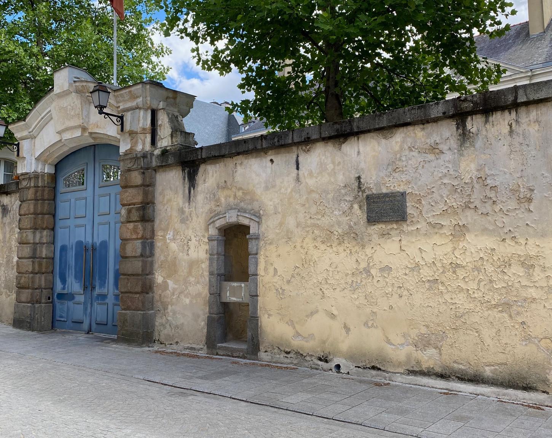 """A Rennes, l'entrée de l'hôtel de Corbin, haut-lieu de l'histoire du """"réduit breton"""". Sous-secrétaire d'Etat à la Défense nationale et à la guerre, le général de Gaulle s'y rend deux fois, les 12 et 15 juin 1940. Cliché: Erwan Le Gall (6 juin 2020)."""