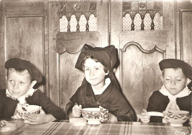 Trois petits enfants de l'île de Sein. Carte postale diffusée dans les années 1960. Collection particulière.