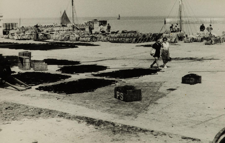 Le poids de la mémoire: la place du général de Gaulle sur l'île de Sein (sans date). Musée de Bretagne: 981.0024.345.