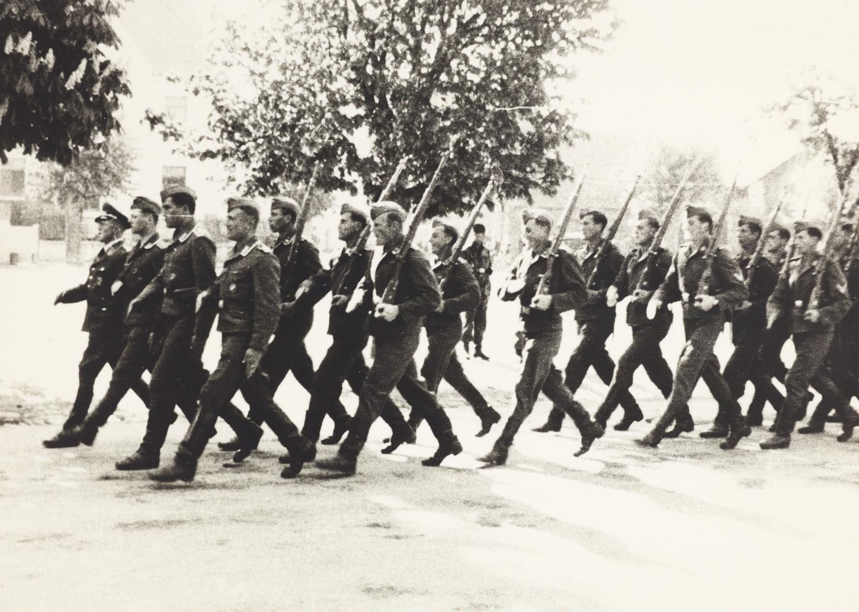 Soldats allemands en marche. Cliché Raphaël Binet (sans lieu ni date). Collection Musée de Bretagne: 972.0004.42.
