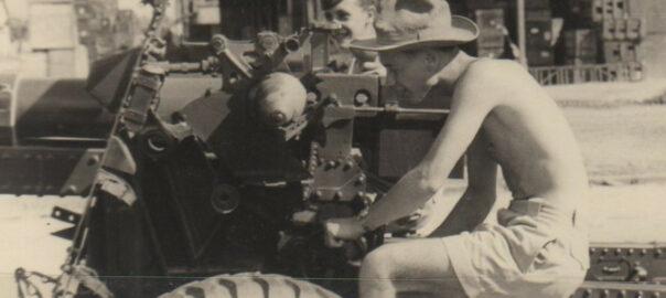Servant de pièce d'artillerie en Indochine, sans lieu ni date. Collection particulière.
