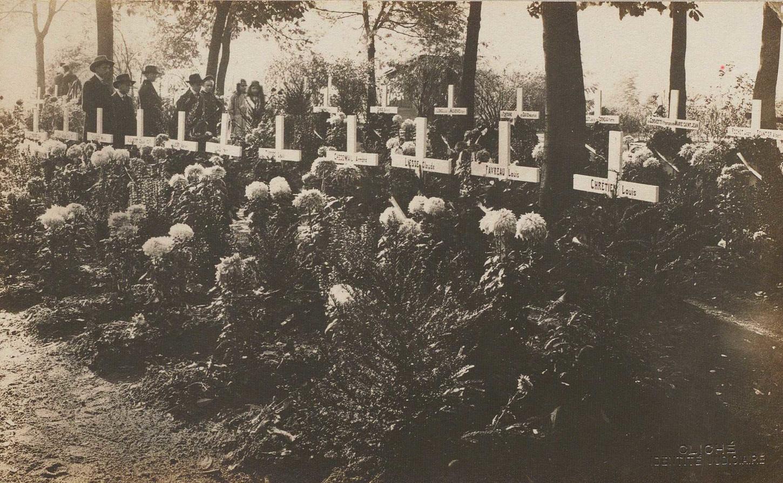 Cimetière de Clausen (Duché du Luxembourg). Tombes de soldats français (1914). La Contemporaine: PH/COL/002/0204.