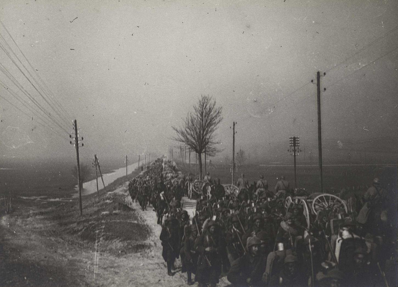 Régiment de zouaves et régiment d'artillerie se croisant sur la route, Pagny-sur-Meuse., 14 mars 1918. La Contemporaine: VAL 227/082.
