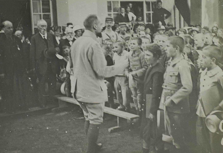 Thann. Distribution des prix aux élèves des écoles de la ville. Chœur de garçons chantant la Marseillaise, sous la direction de l'instituteur militaire, 6 août 1917. La Contemporaine: VAL 333/095.