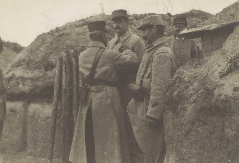 Secteur de la Cote 127 (sud-ouest et nord-ouest de la Ferme des Wacques). En tranchée. Le commandant Ollivier du 315e régiment d'infanterie remettant la croix de guerre à un officier et deux hommes de son bataillon, juillet 1916. La Contemporaine: VAL 123/089.