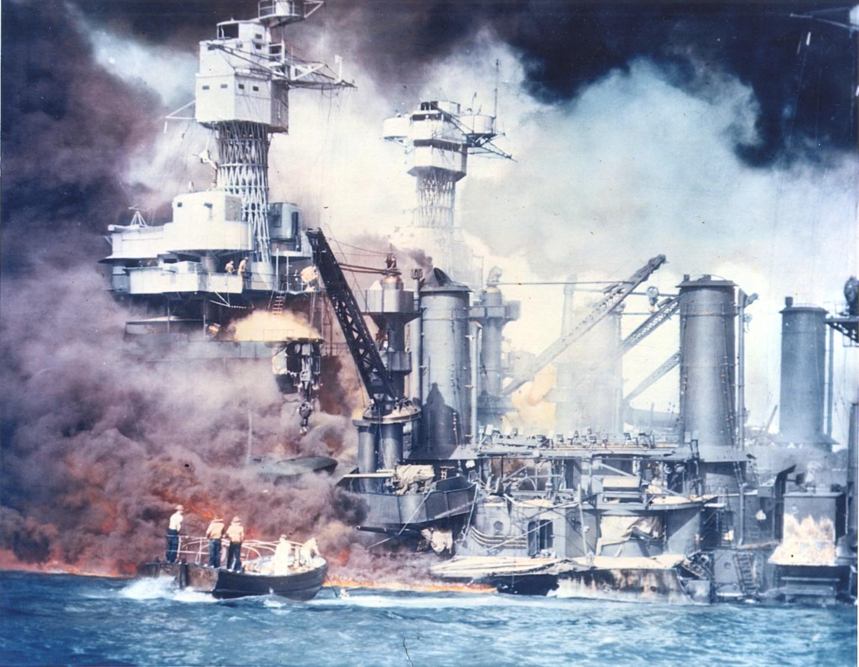 7 décembre 1941, lors de l'attaque japonaise contre Pearl Harbor. National Archives at College Park: 111-C-5904.