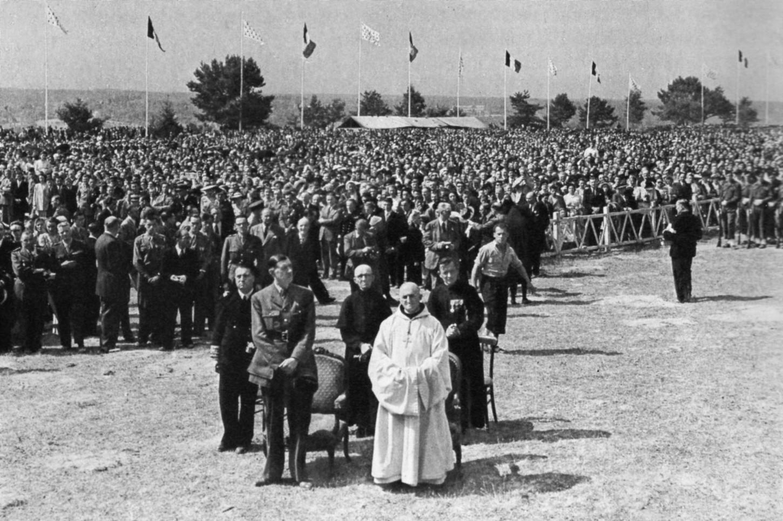 A Saint-Marcel, dans la matinée du 27 juillet 1947, la messe. Au premier rang, le général de Gaulle. Collection particulière.