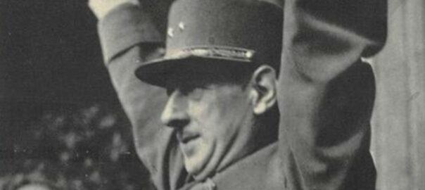 Le général de Gaulle faisant le V de la victoire, carte postale (détail). Collection particulière.