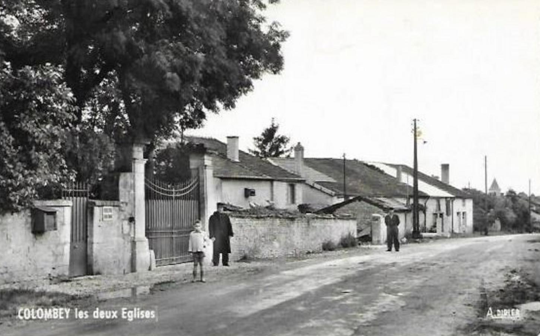 A Colombey-les-Deux-Eglises, l'entrée de La Boisserie, sans date. Carte postale. Collection particulière.