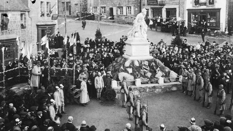 L'inauguration du monument aux morts de Rostrenen le 30 janvier 1921, avec la présence de fantassins du 48e RI. Photographie Roger Gouriou. Musée de Bretagne: 986.0001.193.