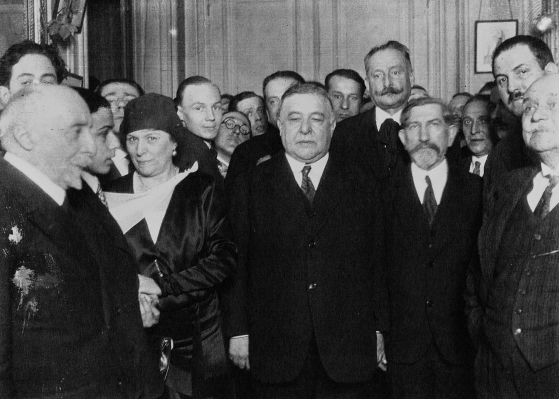 Au centre Léon Daudet, à sa droite Charles Maurras, figures majeures du journal « L'Action Française » (1930, image de presse). Gallica / Bibliothèque nationale de France: Agence Meurisse MEU 71650 A-78585 A.