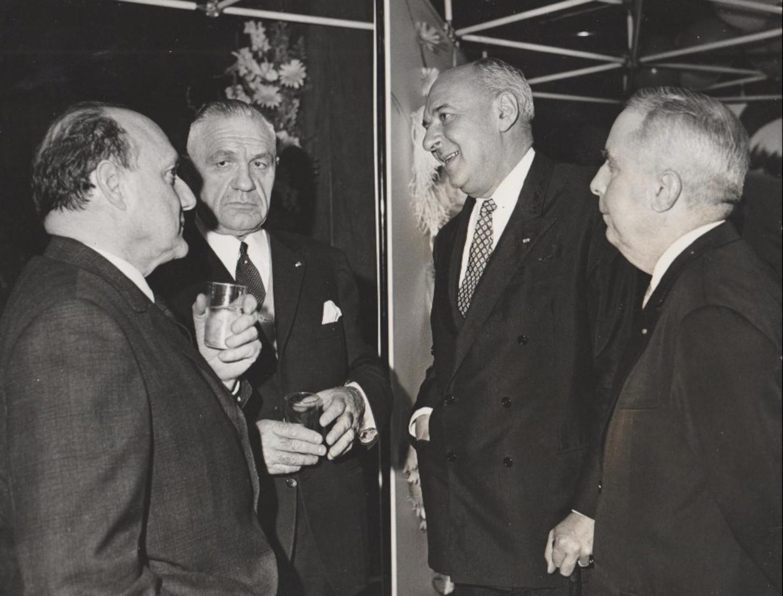 A gauche, verre en main, le colonel Rémy, sous le regard, à sa gauche, d'Emilien Amaury, sans lieu ni date. Collection particulière.