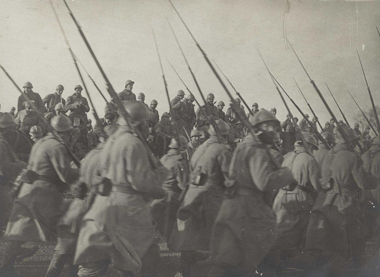 Défilé d'infanterie. Warfusée-Abancourt, VAL 416/099.