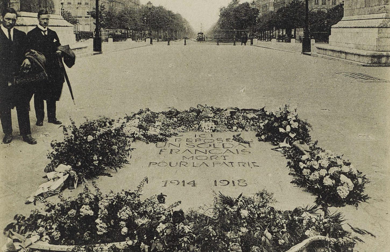 Paris, la tombe du soldat inconnu. Carte postale (détail). Musée de Bretagne: 985.0059.85.