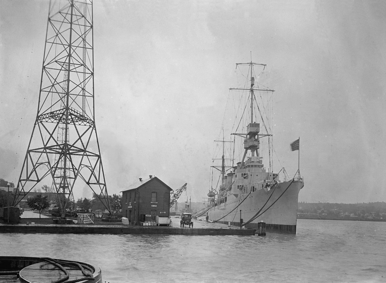 Le croiseur USS Trenton, à quai, le 29 septembre 1924, 15 ans donc avant son escale à Saint-Nazaire. Wikicommons.