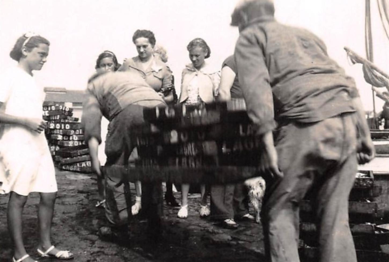 Déchargement du poisson sous les yeux de touristes sur le port de La Turballe, août 1939. Collection particulière.