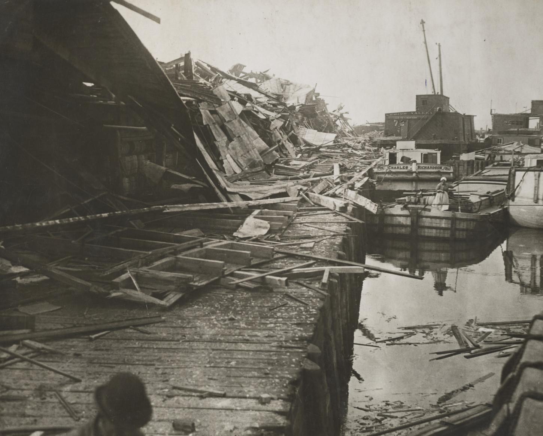 Après l'explosion du dépôt de munitions Black Tom en juillet 1916. National Archives at College Park : 165-WW-158A-25.