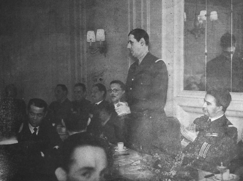 Photographie publiée dans le « numéro spécial consacré au général de Gaulle » de Sao Breiz daté du 18 juin 1946 et légendé comme suit : « Un diner de Sao Breiz à Londres ». A droite du Général, on reconnaît René Pleven.