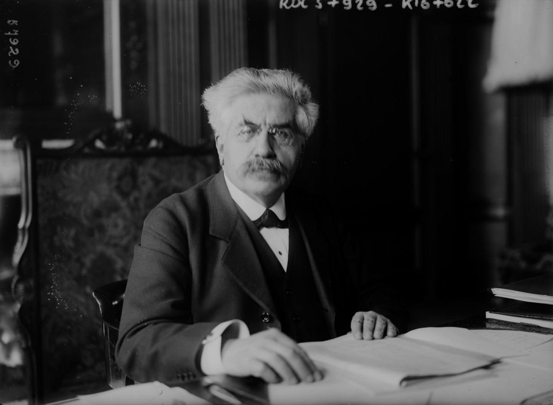 Alexandre Millerand à son bureau, 1920. Photographie de presse. Gallica / bibliothèque nationale de France: Rol, 57929.
