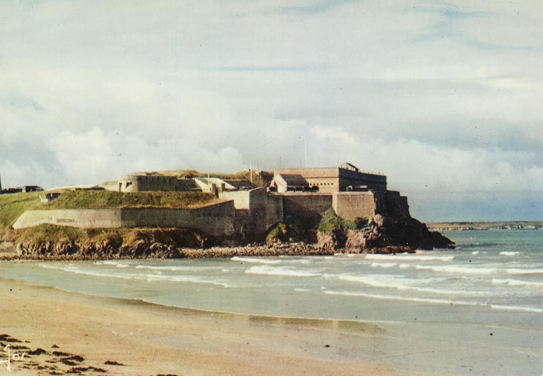 Le fort de Penthièvre, sur la presqu'île de Quiberon, carte postale. Musée de Bretagne: 972.0027.367.
