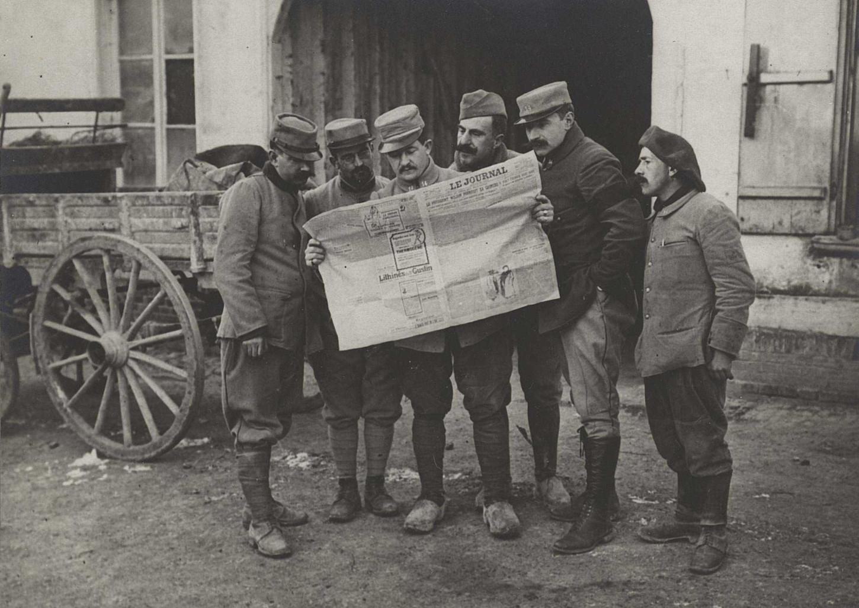 Poilus lisant Le Journal au cantonnement de repos (Braches, Somme, 24 janvier 1917). La Contemporaine: VAL 422/069.