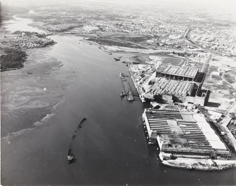 Vue aérienne de la base de Keroman, 28 septembre 1963 (Créations Artistiques Heurtier). Les vestiges du Strasbourg et du Crapaud sont parfaitement visibles devant le K3. Musée de Bretagne: 971.0037.5273.2.
