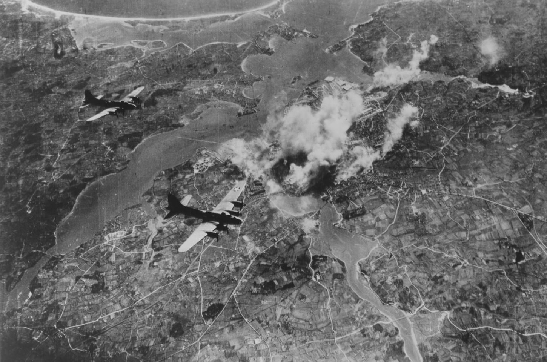 Bombardiers américains opérant au dessus de Lorient, copie datant du 30 juin 1944 d'un cliché non daté. National Archives at College Park : 342-FH-3A18845-51979AC.