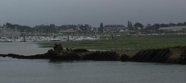 L'épave du Crapaud, devant le bâtiment K3 de la base de sous-marins de Keroman. Au fond, le port du Kernevel. Wikicommons.